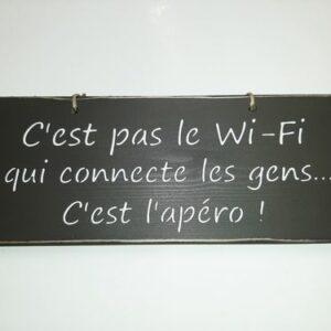"""Pancarte """"C'est pas le Wi-Fi qui connecte les gens, c'est l'apéro"""""""